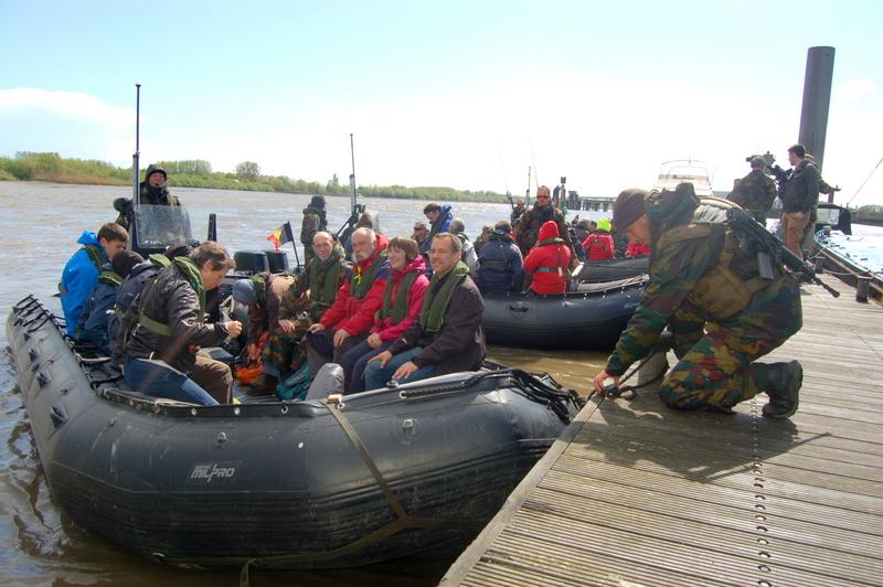 Met zogenaamde zodiac boten  werden de burgers geëvacueerd over de Schelde
