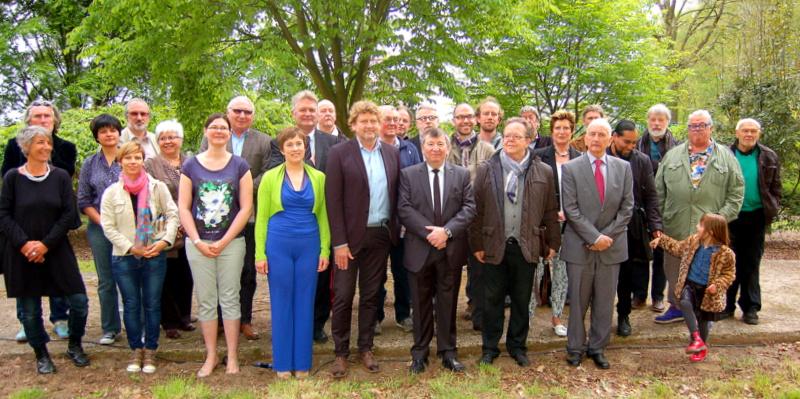 Burgemeester Luc De Ryck samen met sprekers, schepenen, curators en kunstenaars