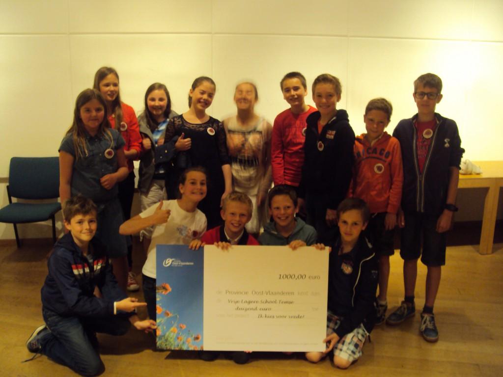 De winnende klas met de cheque van 1000 euro ( foto (c) Hollebeekschool)