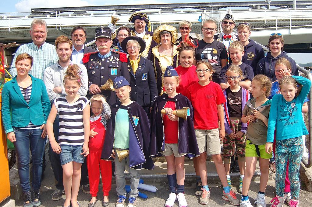 Siska Van Damme en Juul Catthoor met belleman Gerard Vercauteren en escorte, schepenen, organisatie van de Speelkaai, jury en mede-deelnemers van de verkiezing