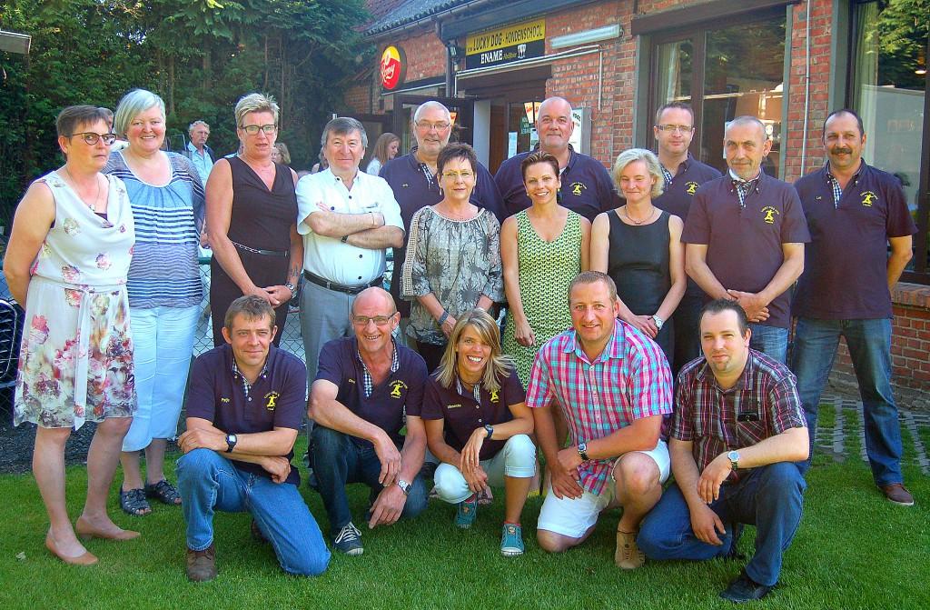 Voorzitter Erik Verheyden, samen met burgemeester Luc De Ryck, schepen Debby Vermeiren, bestuur en vrijwilligers van Lucky Dog.