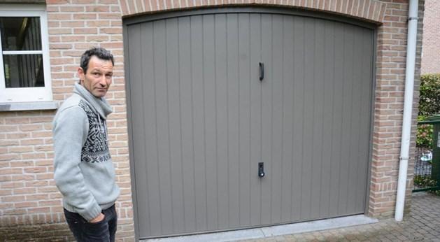 Guy Pauwels uit de Koningin Paolalaan bij zijn garage waar de fietsen werden gestolen.  Foto: bfs