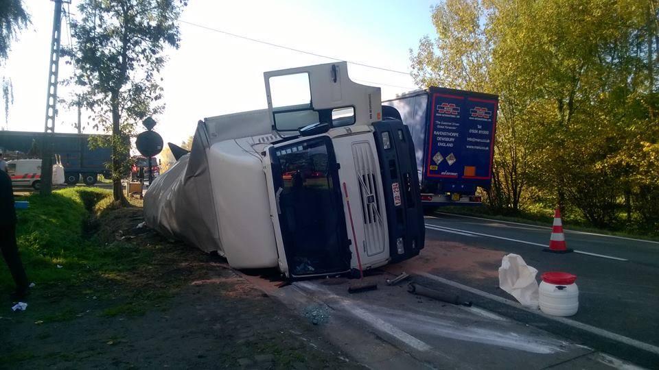 gekantelde vrachtwagen N41 27 10 15