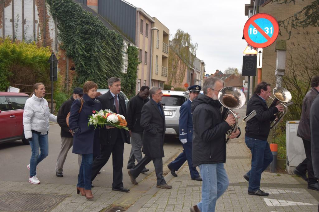 In Steendorp ging het na de eucharistieviering in stoet naar het monument van de gesneuvelden in de Sterstraat.