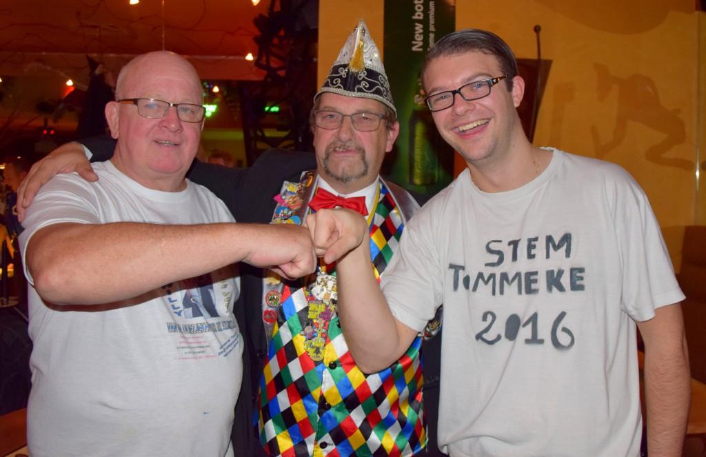 Willy De Vogel (l) en Tom Serraris (r) met  de voorzitter van het carnavalscomité Dirk Mettepenneningen