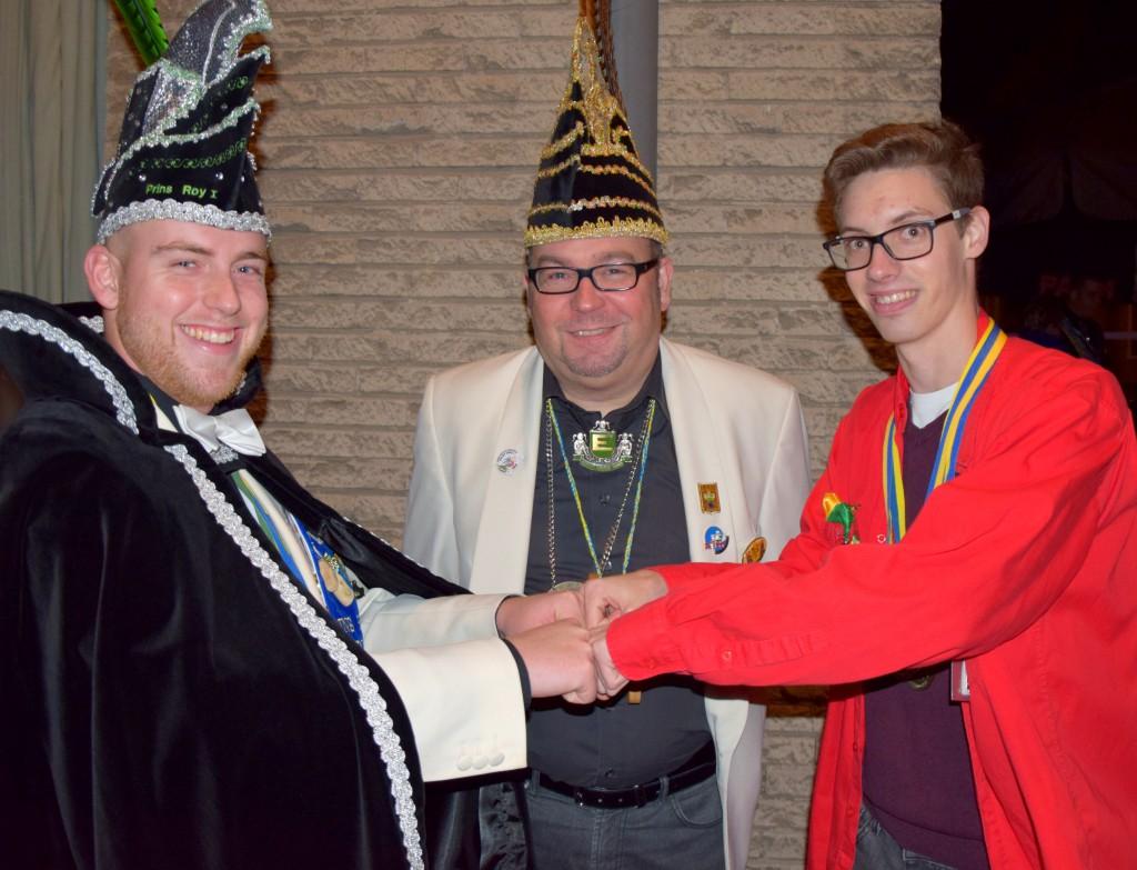 Roy Meersman (l) en Leroy Van Strydonck (r) met voorzitter van de Orde van de Baksteen Marc Ost