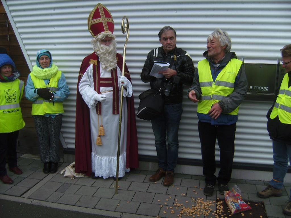 Met de morele steun van Sinterklaas hielden de fietsers een pleidooi voor verbeteringen op de Zaat.